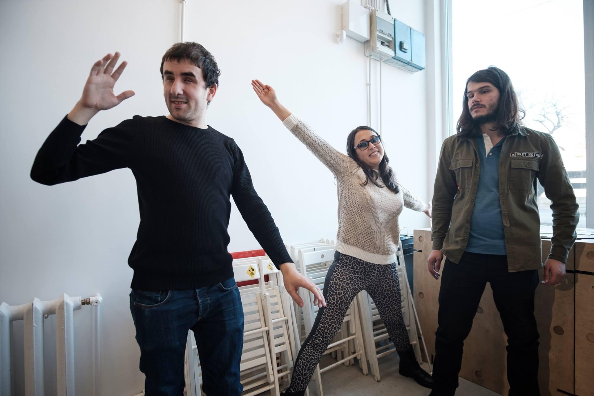 Descriere foto: 3 participanti isi arata pozitiile de supereroi.