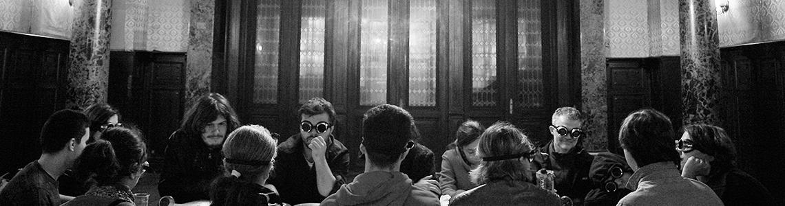 imagine cu mai multe persoane care stau la masă de vorbă la Monteoru