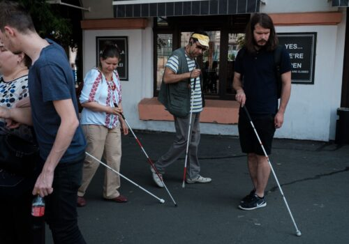 Participanții de la exercițiul de mobilitate explorează cu bastonul.
