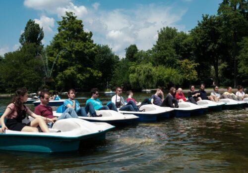 Participanții au format un șir indian din hidrobicilete în cadrul unui context de socializare din Parcul Cișmigiu.