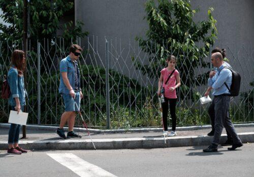 Imagine cu niște participanți din timpul unui exercițiu de mobilitate intersectându-se cu niște trecători de pe stradă.
