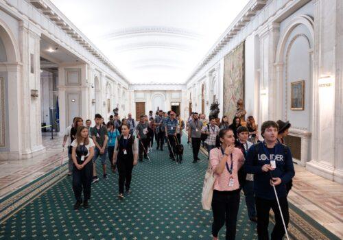 Participanții sunt împărțiți pe grupe și explorează sălile mari din cadrul Palatului Parlamentului în cadrul probei de mobilitate de la finalul CMU 1