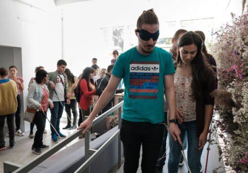 Un participant tipic cu ochelari opaci coboară rampa de La Firul Ierbii.