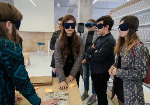 Participanți tipici cu ochelari opaci explorează diferite texturi.