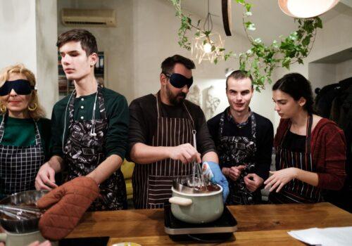 Participanții de la atelierul de gătit de la Mazilique, alături de voluntari, pregătesc o delicioasă lava cake.