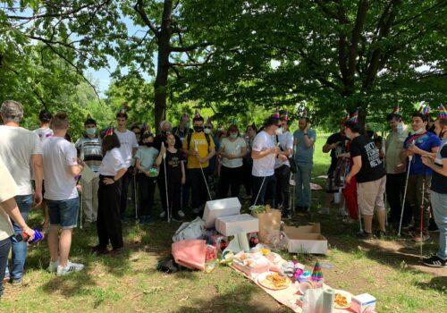Nevăzătorii din București s-au strâns în parcul Izvor după ce au parcurs un traseu cu bastonul WeWalk.
