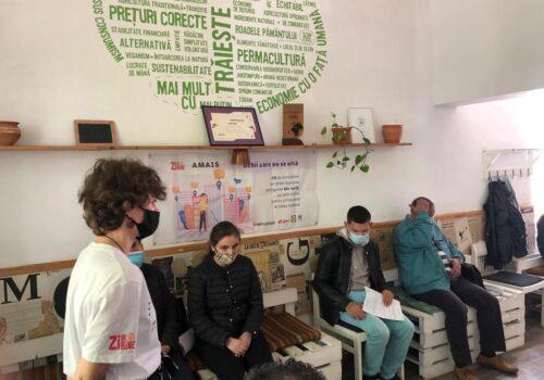 Anto Barbu le explică nevăzătorilor de la Iași specificațiile bastonului WeWalk.