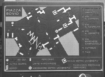 hartă tactilă dintr-o intersecție din Napoli